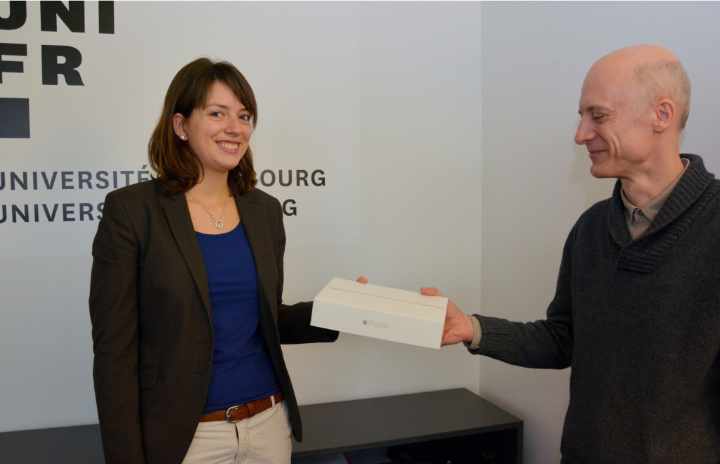 Bruno Vuillemin remet le prix à Aurélie Gandoy.