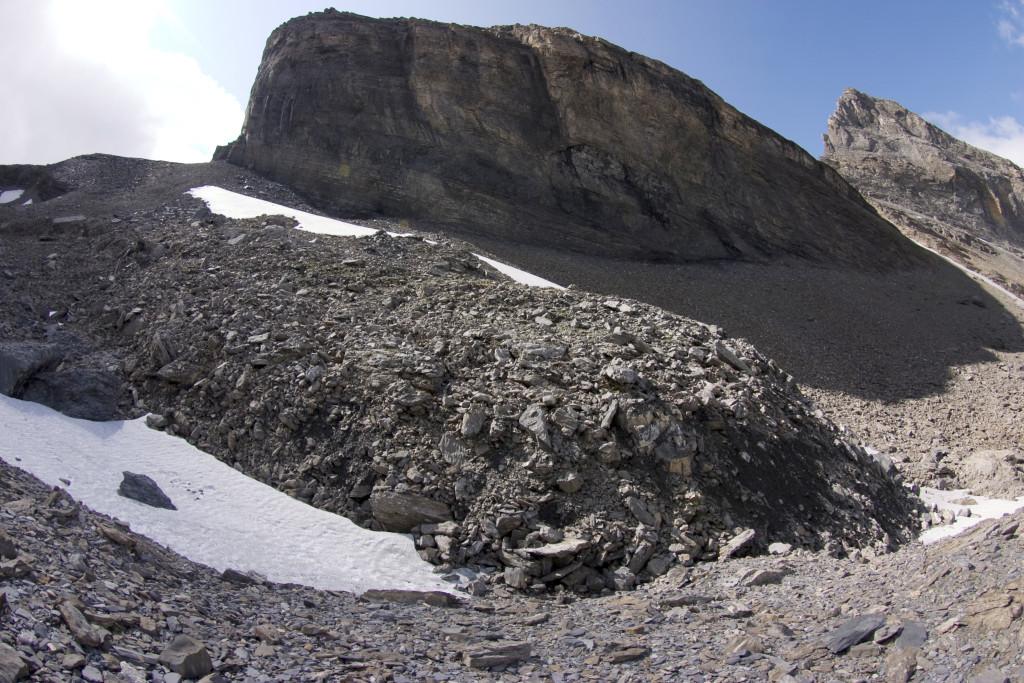 Ein kleiner aktiver Blockgletscher im Forschungsgebiet «Gemmi/Furggentälti», typisch sind die steile Front und grossen Gesteinsblöcke.
