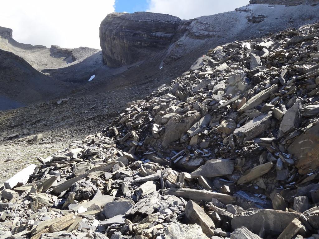 Blick zur «Alten Gemmi», im Vordergrund die aus grossen Gesteinsblöcken bestehende Oberfläche eines Blockgletschers