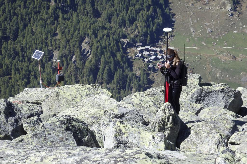 Feldarbeit auf dem Tsarmine-Blockgletscher: Links im Bild ein permanent installiertes GPS, rechts: Aufnahme von Messmarken per DGPS.