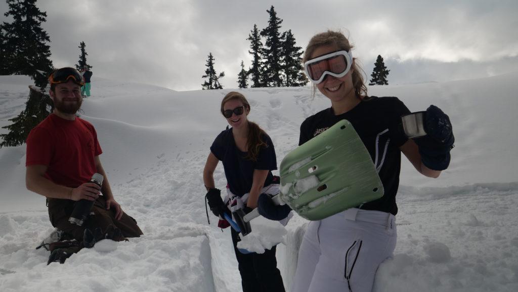 Matteo, Cecilia et Carolina en train de creuser la tranchée qui servira à extraire les blocs de neige.