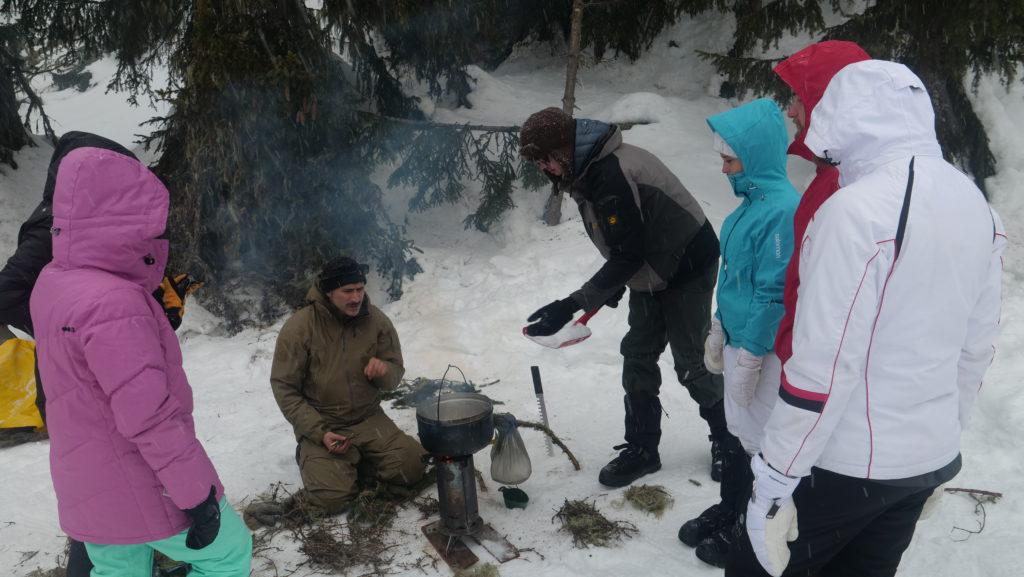 Dario enseigne également les techniques de survie. Ici comment faire fondre de la neige avec peu de bois.