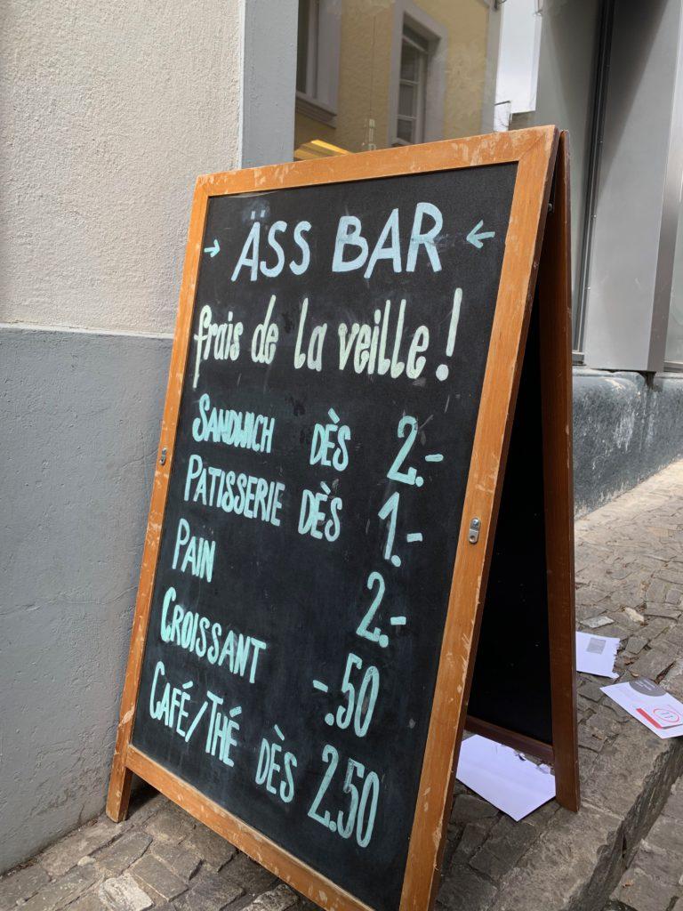 Günstige Brötchen und Sandwiches ganz in der Nähe der Uni gibt es in der Äss Bar, Ruelle du Lycée 4.
