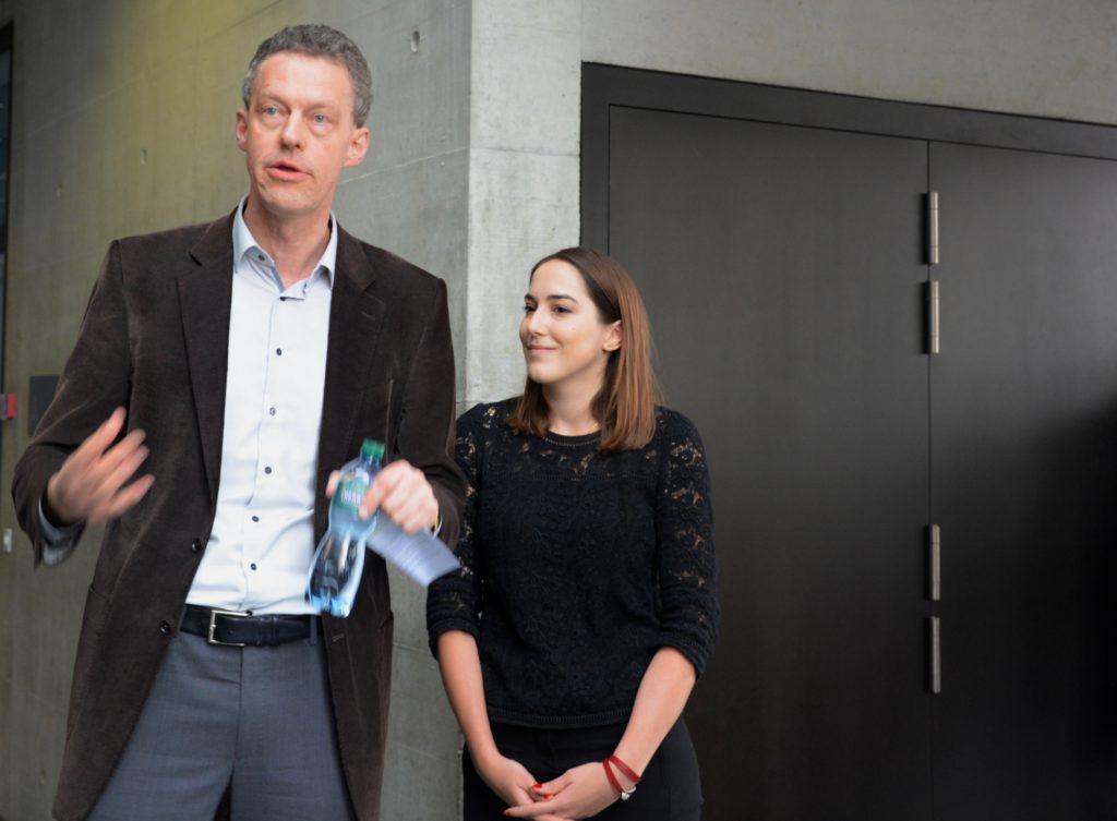 Le Prof. Martin Wallmeier, doyen de la Faculté des sciences économiques et sociales et du management, et Coralie Chiffelle, l'une des iniatrices, présentent le projet.
