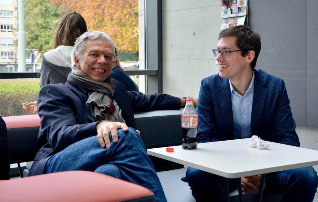 Les Professeurs Andreas Fahr et Bernard Ries savourent le nouvel espace de rencontre et d'échange.