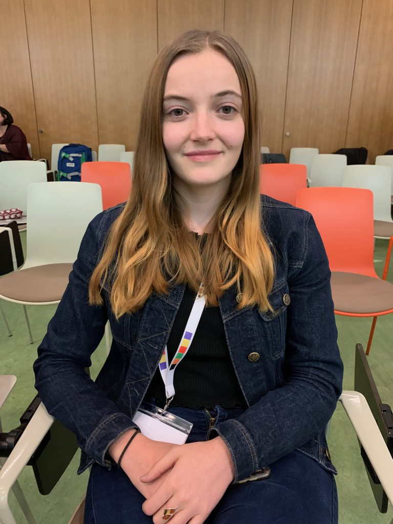 Wichig für die Krebsforschung: Daniela (18) ummantelt Nanopartikel, damit sie nicht mehr toxisch sind für den Menschen.