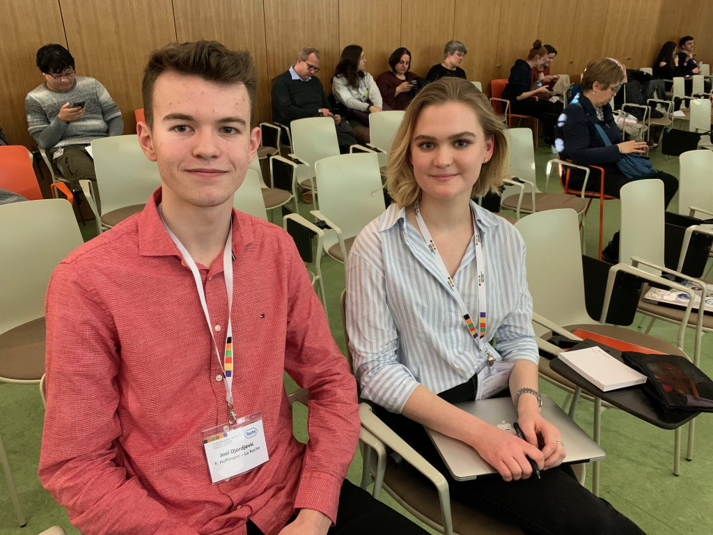 Joel (18) und Anna (19) haben einen Hustensirup hergestellt. Sie finden, für die Zusammenarbeit sei offene Kommunikation wichtig. Joel wird ganz sicher in den Naturwissenschaften bleiben. Anna will definitiv Medizin studieren.