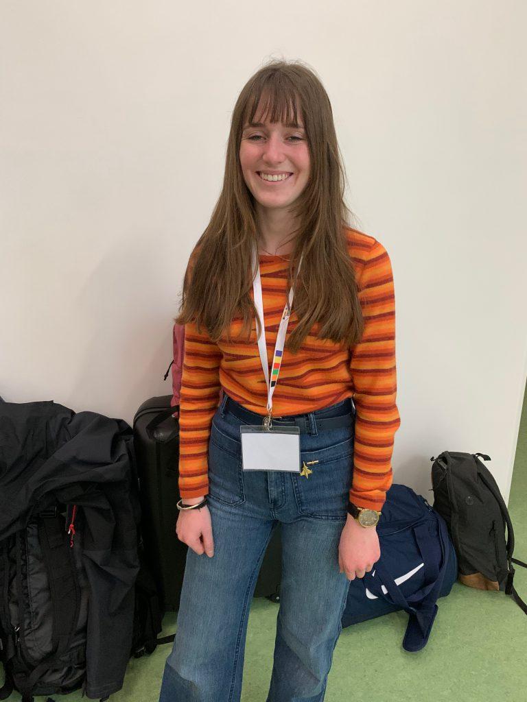 Leonie (18) aus der Nähe von Lausanne arbeitete gemeinsam mit ihrem Tutor eine Woche lang mit Polymeren.