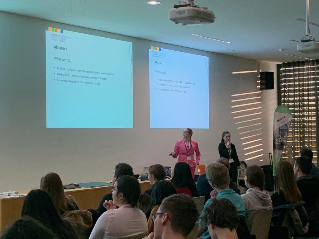 Anastasia präsentiert ihr Forschungsprojekt.