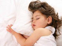 Warum Eltern Yoga machen sollten, damit ihre Kinder besser schlafen